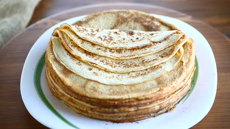 сироп : big high stack of thin pancakes in a plate