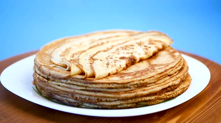 тощий : big high stack of thin pancakes in a plate