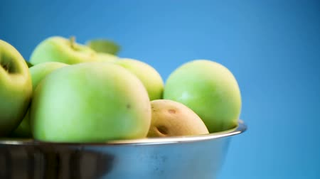 калория : juicy apples green in a bowl on a blue Стоковые видеозаписи