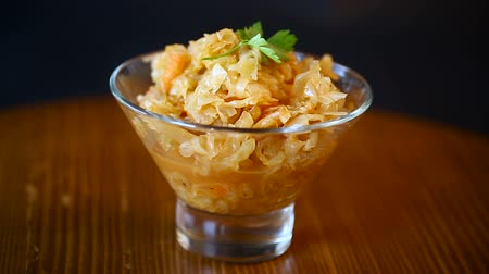 kavurma : stewed cabbage with carrots in a glass bowl on a blue background Stok Video
