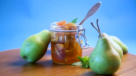 груша : sweet fruit jam with apples and pears in a glass jar Стоковые видеозаписи