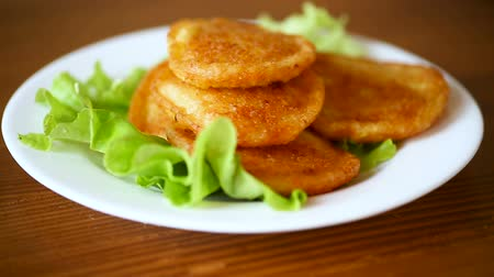 блин : potato pancakes with lettuce leaves in a plate Стоковые видеозаписи