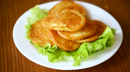 оладья : potato pancakes with lettuce leaves in a plate Стоковые видеозаписи