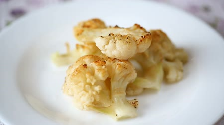 pikantní : baked cauliflower with spices in ceramic form
