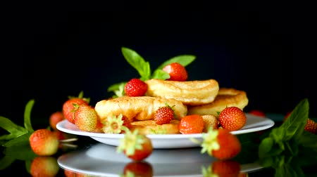gyerekes : fried sweet pancakes with ripe strawberries in a plate Stock mozgókép