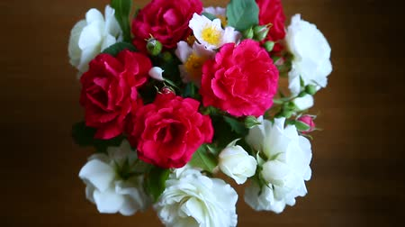 открытка : bouquet of beautiful red and white roses on a wooden