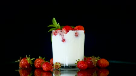詰め物 : sweet homemade yogurt with fresh ripe strawberries