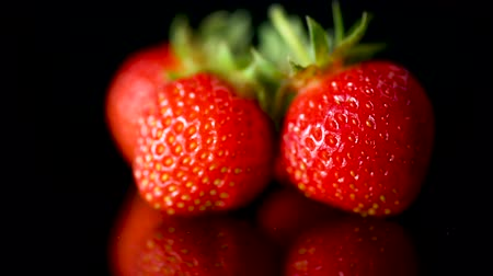 imagem : ripe red strawberries on a black background