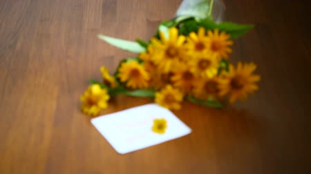 あなたの : bouquet of yellow big daisies on a wooden