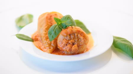búlgaro : stuffed pepper with meat and vegetable sauce in a plate
