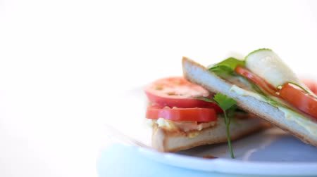 詰め物 : tasty sandwich with curd paste, fresh cucumbers and tomatoes
