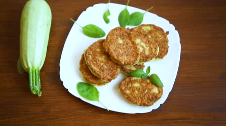 цуккини : vegetable fritters made from green zucchini in a plate