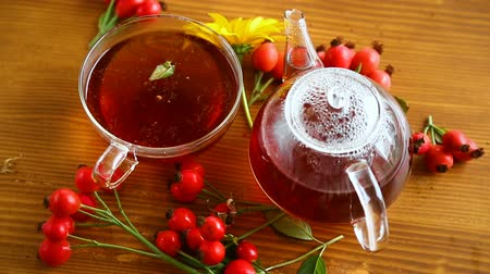 кусты : hot tea from medicinal fruits of red ripe rosehip