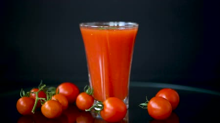 tomates cereja : homemade tomato juice in a glass and fresh tomatoes