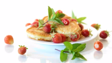buñuelo : fried sweet pancakes with ripe strawberries in a plate Archivo de Video