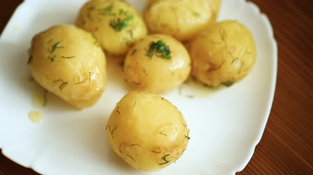 dille : boiled young potato with butter and dill in a plate Stockvideo