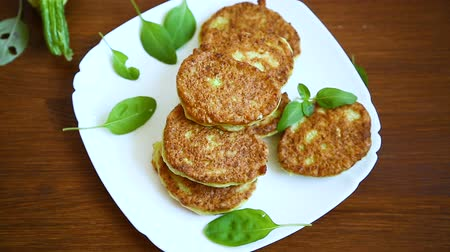 vista de cima : vegetable fritters made from green zucchini in a plate