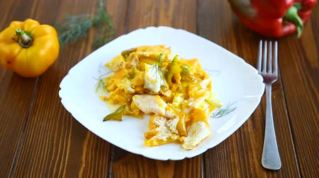 стручковый перец : fried omelet from homemade eggs with sweet yellow pepper in a plate