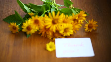 sayesinde : bouquet of yellow big daisies on a wooden