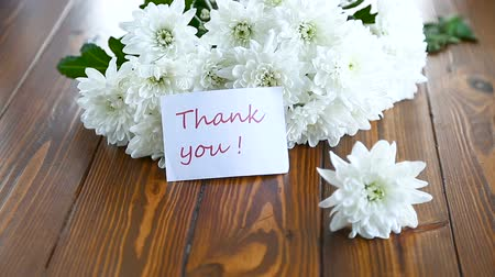 bouquet of white asters with a greeting card for mom Wideo