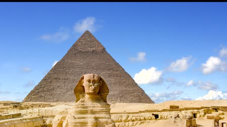 kahire : The Sphinx and Pyramid in Calm sky,Cairo,Egypt.