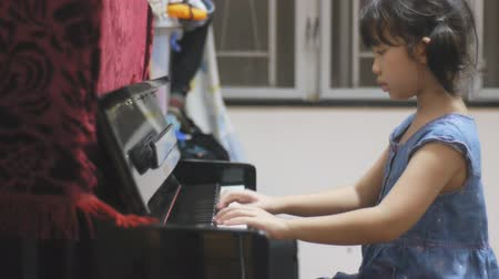 instrumento : Asian kid learning to play piano