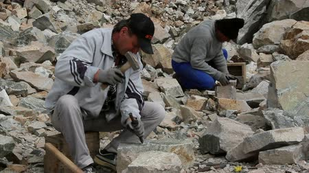channelling : Stonemasons at work in granite quarry