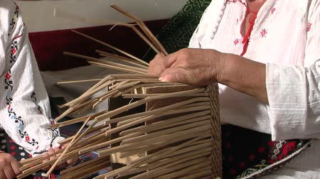 выживание : The art of weaving with cattail leaves
