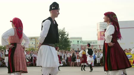 multiculturalità : Tulcea, Romania - August 08: macedone danza tradizionale al Festival Internazionale del Folklore per i bambini e Golden Fish Youth on 8 agosto 2016 a Tulcea, Romania