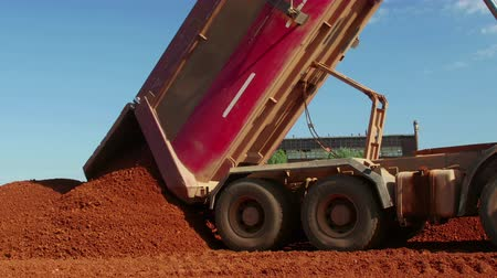 minério : Dumper truck unloading ore for manufacturing plant