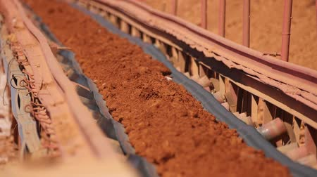 minério : Conveyor belt transporting ore to the manufacturing plant