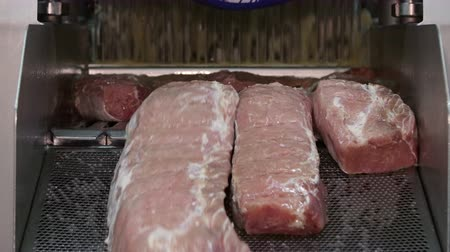 вкусности : Brine injection of pork in a meat processing factory Стоковые видеозаписи
