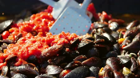 tomates cereja : Chef cooking clams in wine sauce with lemon, squid tentacles and shrimp