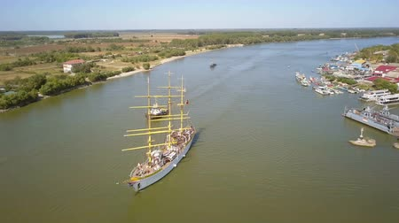 mastro : Tulcea, Romania - 15 September 2019: Training ship Mircea sailing on the Danube, aerial view. Mircea is a A-class, bark type sailing vessel with three masts. Vídeos