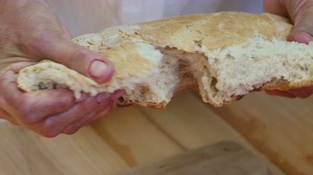 fırınlama : Hands breaking homemade natural fresh bread Stok Video