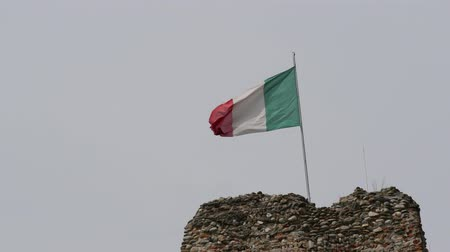 piemonte : Italian waving flag on top of an ancient tower.  Vídeos