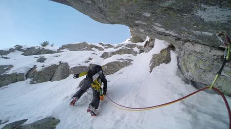wspinaczka : Ice climbing: climber on a route of snow and rock during the winter. Western Alps, Italy, Europe.