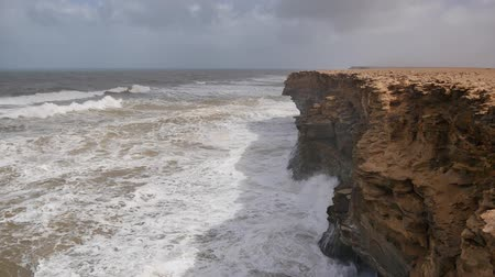 marrocos : Powerful atlantic ocean waves crashing on the rocks. Western african coast near Tarfaya, Morocco, Africa.