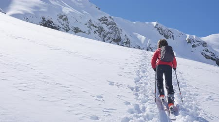 montanhismo : Young ski mountaineer walks uphill on a snowy slope. European Alps, Valle dAosta, Italy.