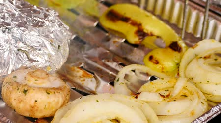 kazık : Healthy Grilling in aluminum case. Cooking of white pepper, garlic, tomatoes, champignons, sausages and potatoes wrapped in aluminum foil. The stone barbecue with gas grill. Stok Video