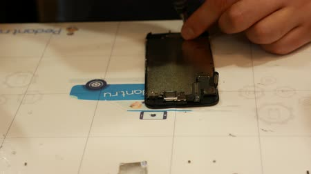 poškozené : Close-up process of mobile phone repair