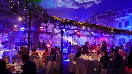ресторан : Banquet hall with Christmas and New Year decorations full of people.