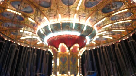 карусель : Out of focuse whirling empty carousel with blinking lights