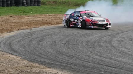 andarilho : A car making a turn with smoking wheels during an extreme race Vídeos