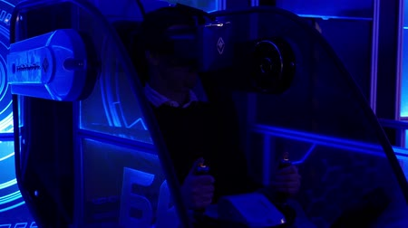 dimensão : Man in head-mounted display turning his head and waiting for virtual game