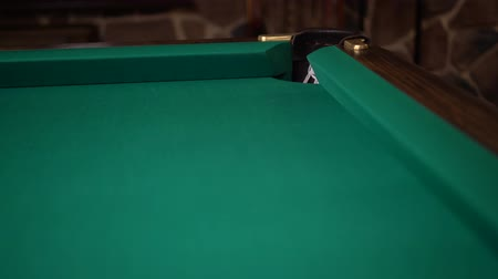 sinuca : Ball rolling on a billiards table and missing a pocket Stock Footage