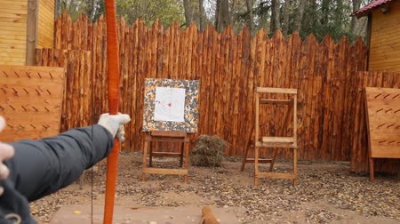 tiro com arco : Archer releases an arrow and shoots at target. Archery with a longbow