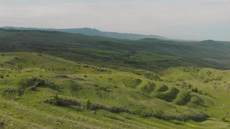 hegyoldalban : Panning shot of stepped green mountains in Armenian Highlands