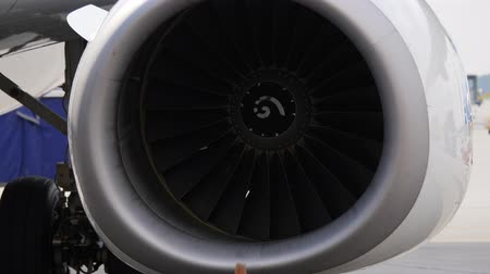 construir : Close up of jet engine. Aircraft with stopped turbines stays on airport ramp