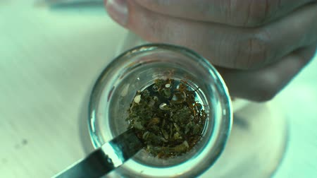 Marijuana with a bong Herbal medicine Vídeos